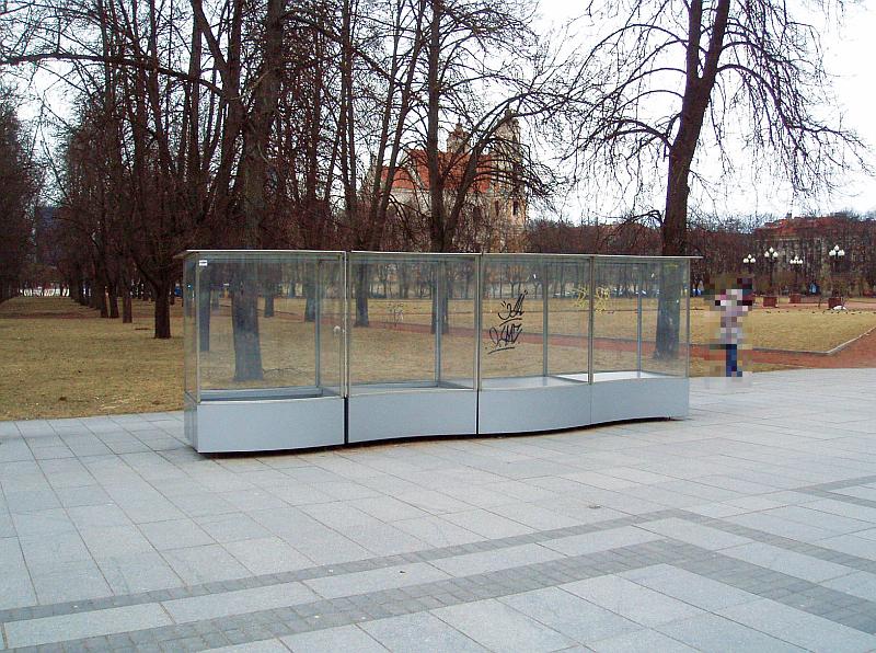 20110412-ekspoziciju-deze-prie-lukiskiu-1.jpg