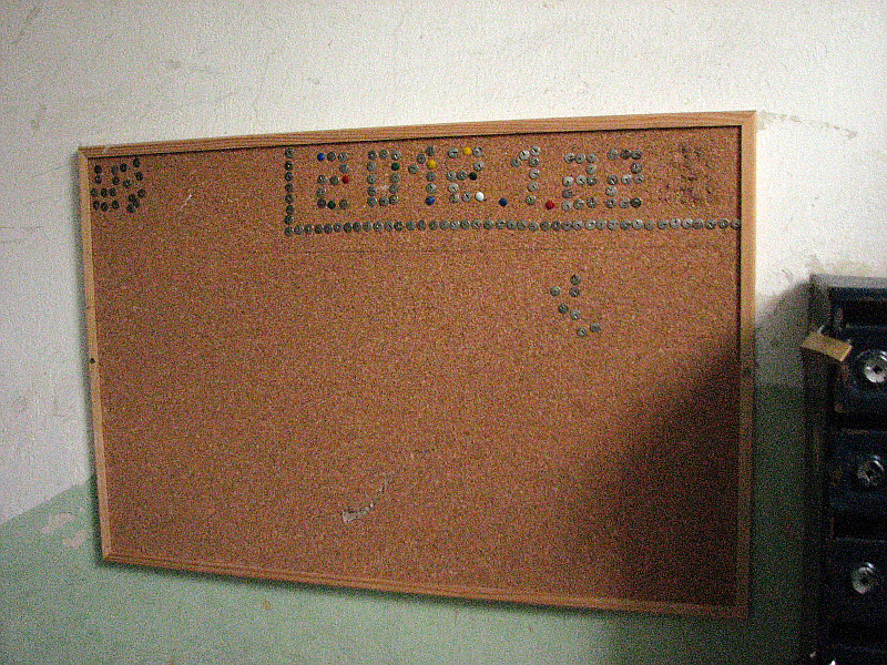 20120122-zaidimas-smeigtukais-laiptines-skelbimu-lentoj-01.jpg