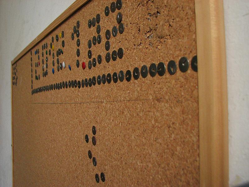 20120122-zaidimas-smeigtukais-laiptines-skelbimu-lentoj-02.jpg