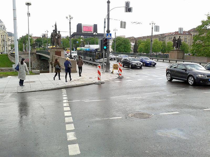 20150504-dviraciu-pervazos-prie-zaliojo-tilto-pritaikymas-dviraciams-04.jpg