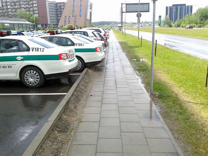 20161116-apie-parkavimo-bortelius-policijos-automobiliu-stovejimo-aikstelej-02.jpg